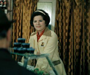 Žena za pultem S01 (1977)